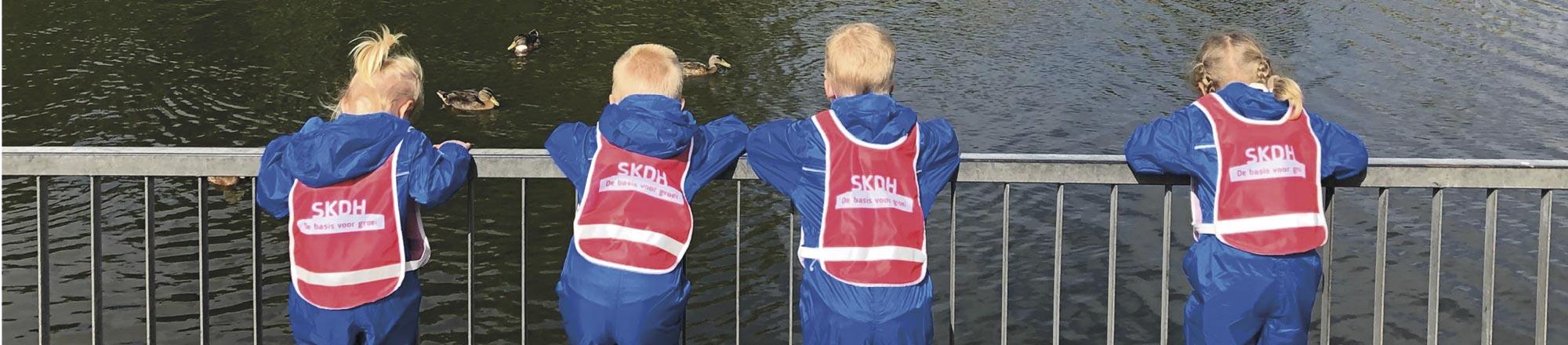Kinderen staan op de brug