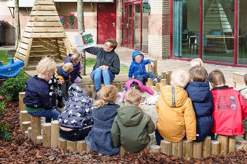 Peuter aan het spelen met klei - SKDH Peuterspeel- en leergroep